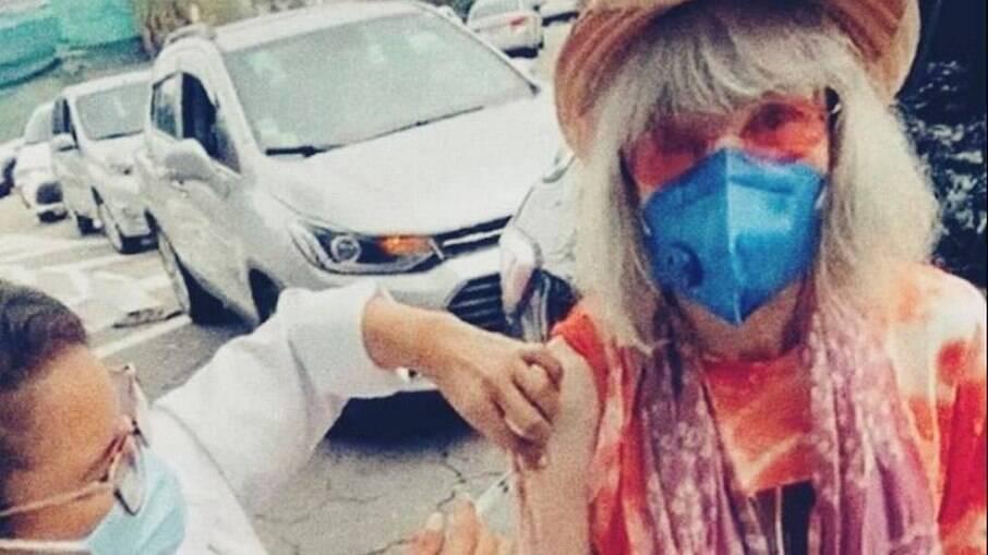 Rita Lee tomando a primeira dose da vacina da Covid-19