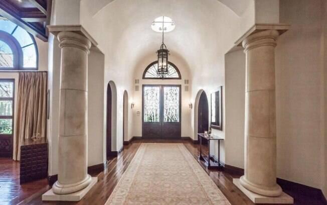 O hall da casa tem colunas de mármore e estilo antigo, assim com o restante da mansão