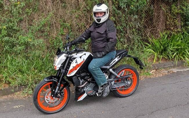 As rodas na cor laranja realçam ainda mais a esportividade da KTM 200 Duke