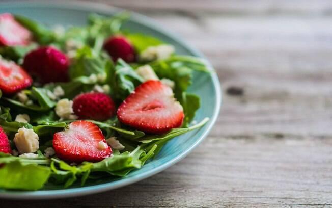 Mix de folhas com vinagrete de frutas vermelhas e queijo feta
