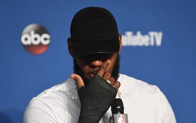 LeBron James apareceu com a mão enfaixada após perder a final e revelou lesão