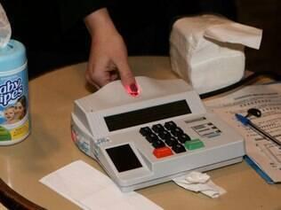 PR - ELEIÇÕES/PR/BIOMÉTRICA - POLÍTICA - Voto com identificação biométrica neste domingo (5), em Curitiba, no Paraná.   05/10/2014 - Foto: GERALDO BUBNIAK/AGB/ESTADÃO CONTEÚDO