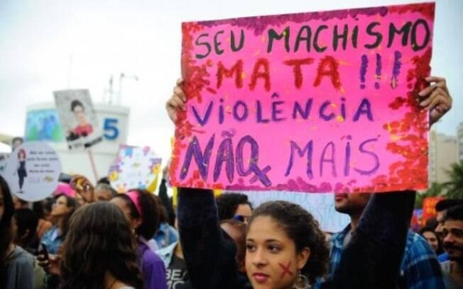 Pelas vítimas de agressão, ativistas defendem direitos das mulheres durante marcha na Praia de Copacabana