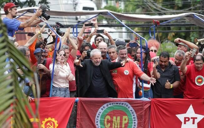 Lula com aliados em palanque