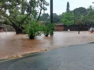 Chuva forte na capital deixou avenida Otacílio Negrão de Lima, na Pampulha, alagada