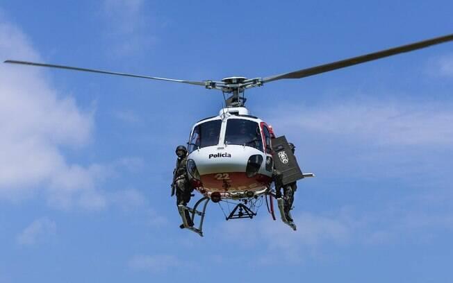 Treinamento de deslocamento rápido, embarque e desembarque em conjunto com helicópteros