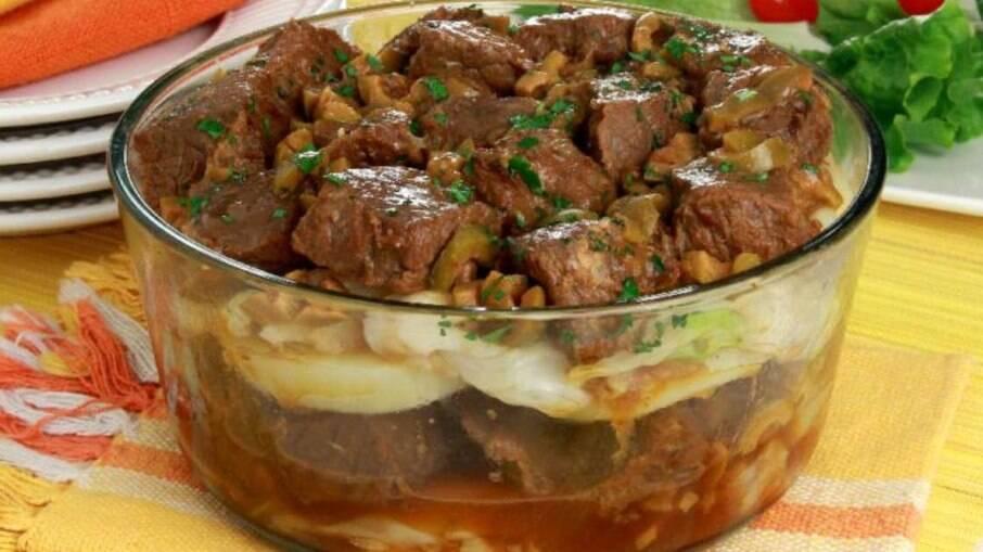 Carne de panela com batata e repolho para uma refeição rápida