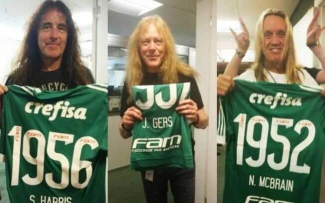 Steve Harris, Janick Gers e Nicko McBrain seguram camisas do Palmeiras