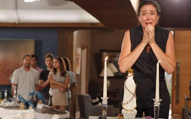 Griselda se desespera por notícias de Anteno, em Fina Estampa