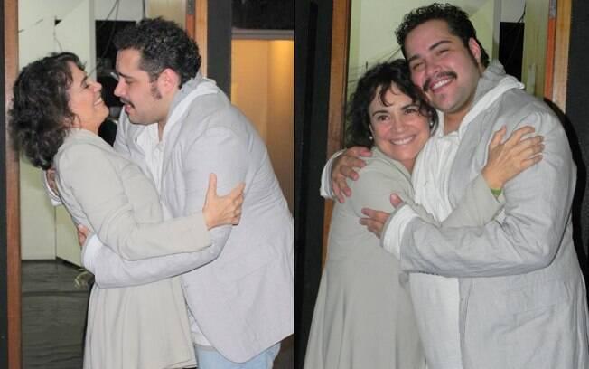 Regina Duarte abraça o ator Tiago Abravanel, que faz o papel de Tim no musical