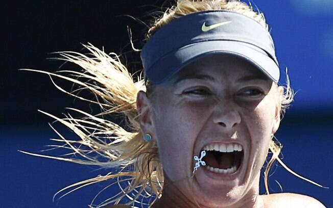 Correntinha de Maria Sharapova para no rosto  da musa durante jogada