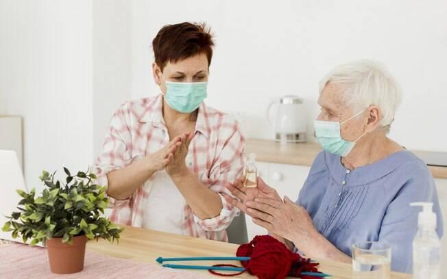 Os dados levantados até agora mostram que pessoas que não apresentam os sintomas da doença possuem pouco potencial infectológico para contaminar indivíduos saudáveis
