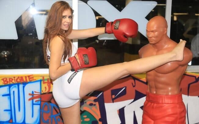 Ex-BBB Amanda Gontijo sensualizou no Jungle Fight 67