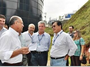 Kelman (ao centro), presidente da Sabesp, com o governador Geraldo Alckmin (à esquerda)
