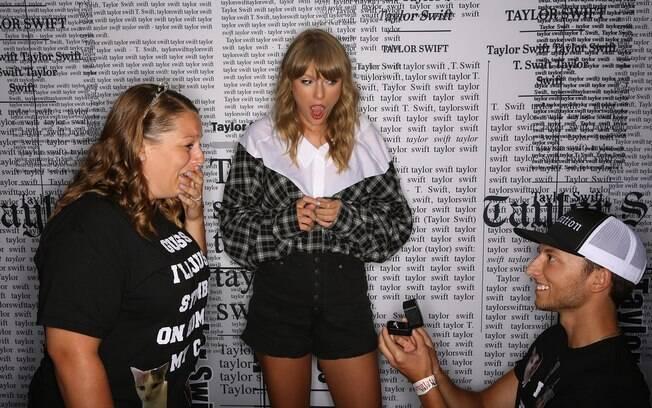 Taylor Swift presencia pedido de casamento de fãs que se conheceram durante uma de suas turnês
