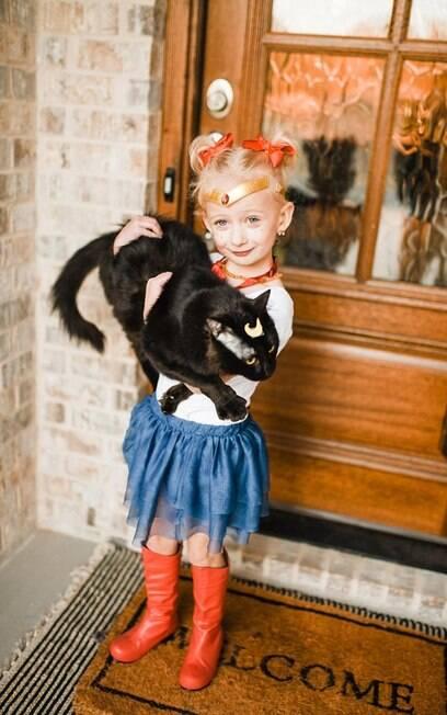 Gato e menina vestidos de Sailor Moon