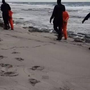Militantes do grupo extremista levam reféns para o local da execução