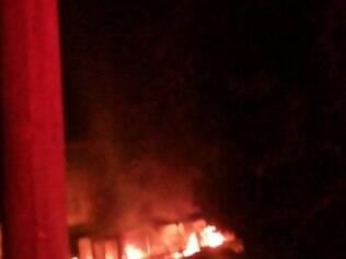 Encapuzados incendeiam ônibus em represália à prisão de traficantes