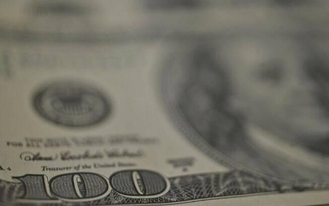 Dólar sobe nesta sexta e encerra semana com alta de 2%