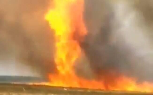 Foram necessárias mais de 3 horas para conter as chamas.