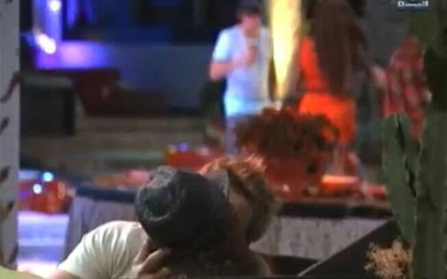 Maria Melilo e Wesley se beijaram em uma das festas, sob os olhares de Maurício