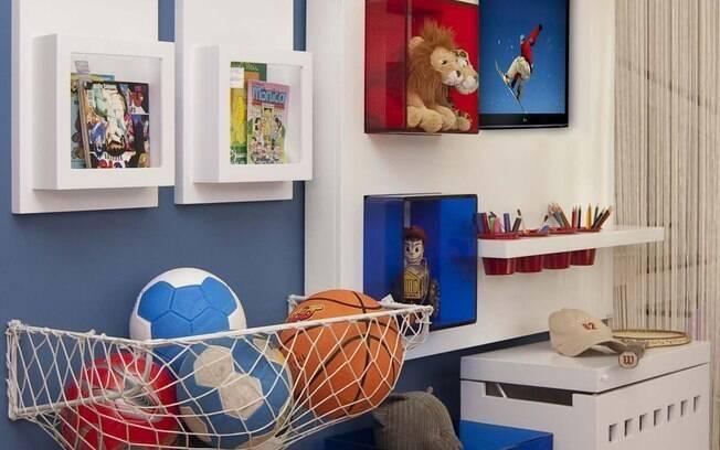 Projeto da arquiteta Iara Santos para o quarto de um menino. Copos servem de porta-lápis