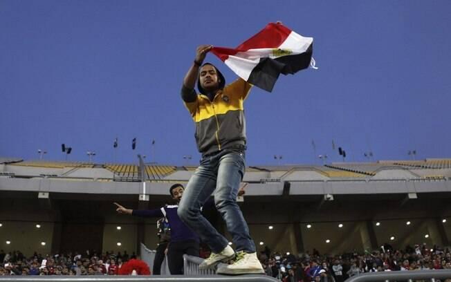 Torcedor do Egito esbanja alegria para  festeja a vitória de 2 a 1 sobre Zimbábue