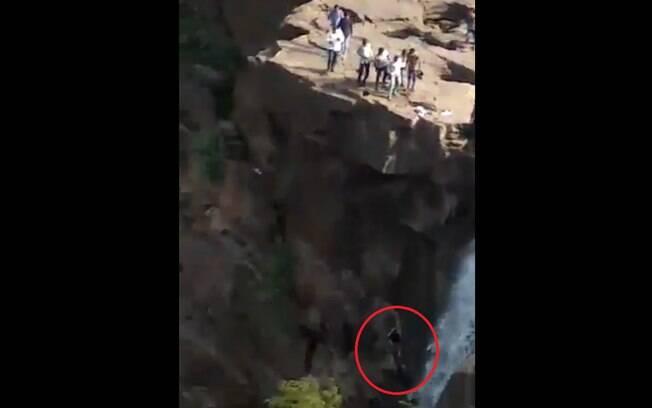 O homem estava na cachoeira com seus amigos, supostamente bêbados, tentando tirar uma selfie para suas redes sociais