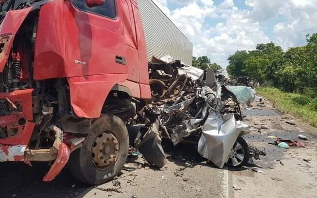 Acidente entre caminhão, }onibus e caminhonete mata 4 pessoas em cidade de Goiás