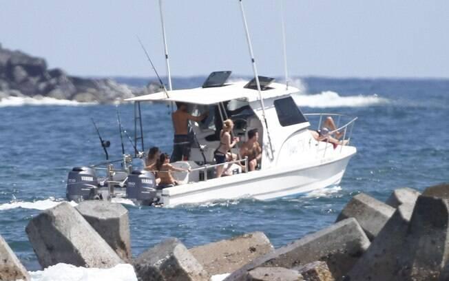 Scarlett Johansson passeia de barco com o namorado e amigos