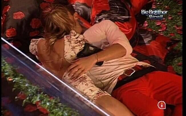 Casal troca beijos deitado no chão