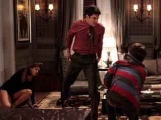 Edith apanha de Félix após admitir que está tendo um caso com o mordomo da família