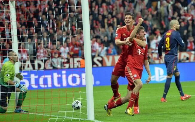 Thomas Mueller comemora após abrir o placar  para o Bayern de Munique em cima do Barcelona