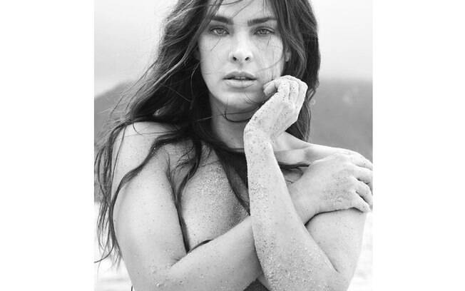 de topless, Letícia Birkheuer sensualiza em foto compartilhada nas redes sociais