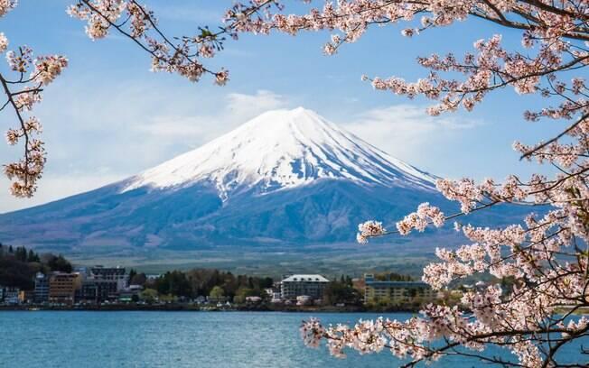 O Monte Fuji é um dos vulcões mais conhecidos do mundo, por compor paisagem encantadora com cerejeiras no Japão