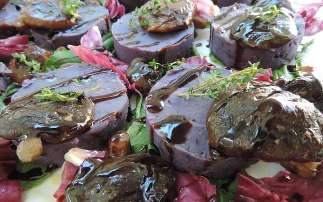 Foto da receita Hambúrguer de batata doce roxa com cogumelos e tofu pronta.