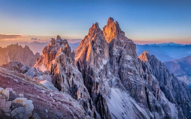 Alguns pontos onde o turista pode assistir o nascer do sol nas Dolomitas são o Col Margherita e o Lavaredo, entre outros