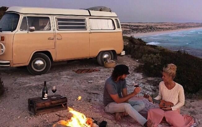 Casal viaja ao redor da Austrália dentro de kombi