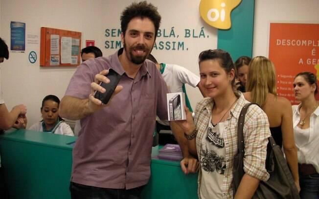 O casal Camila e Bruno foram juntos ao Shopping Morumbi para comprar o iPhone 4S