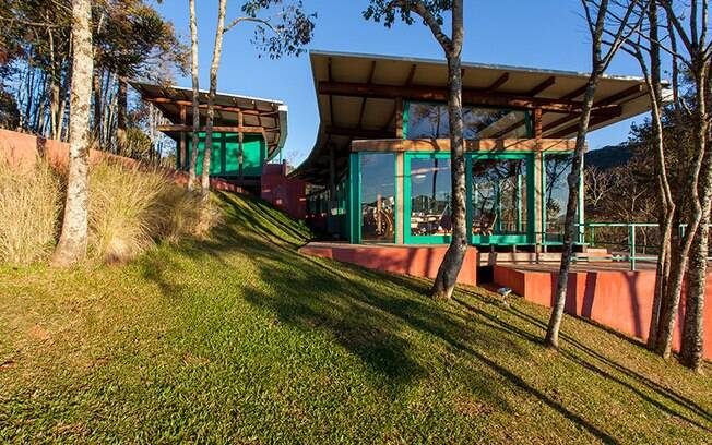Imersa no verde das montanhas de Minas, a casa se abre para a paisagem