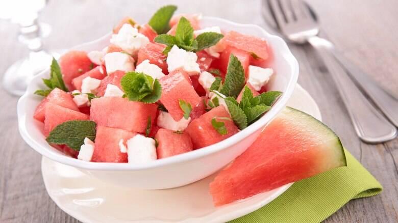 Salada de melancia, queijo branco e hortelã
