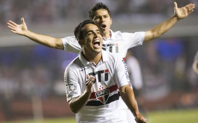 Jadson e Osvaldo celebram gol do São Paulo