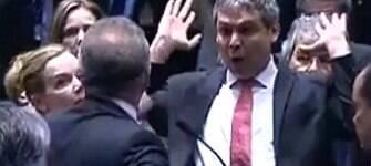 Renan empurra Lindberg Farias durante julgamento do impeachment; veja o vídeo