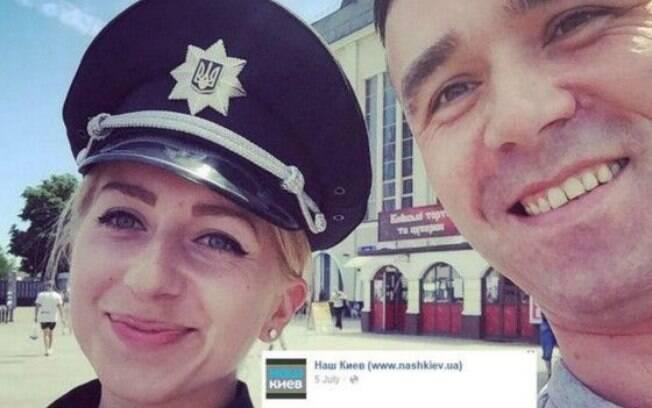Um café na cidade está oferecendo bebida de graça para os novos policiais