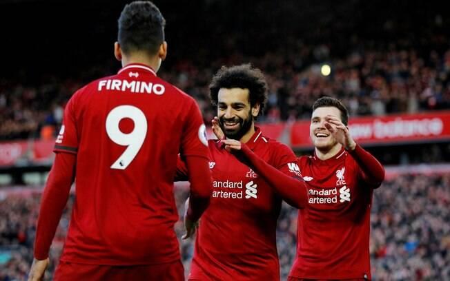 Salah comemora gol do Liverpool com Roberto Firmino