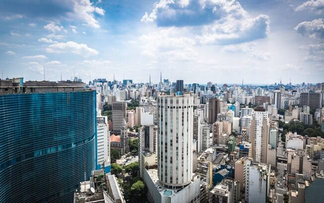 Entre prédios cinzas, a arte de rua se exibe na cidade de São Paulo