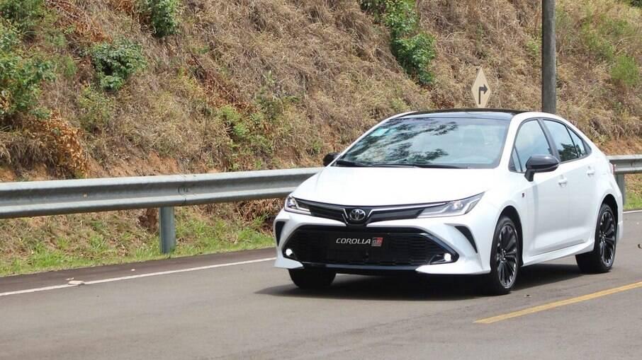 Toyota Corolla GR-S 2021: para-choques e rodas com apelo esportivo, além de suspensão com acerto mais firme