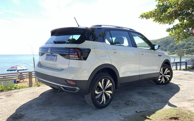 A traseira do VW T-Cross 2019 se destaca entre os demais pelas lanternas fumê interligadas