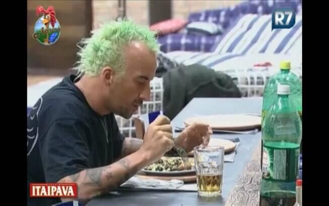 Gui almoça sozinho durante a tarde deste sábado (13)