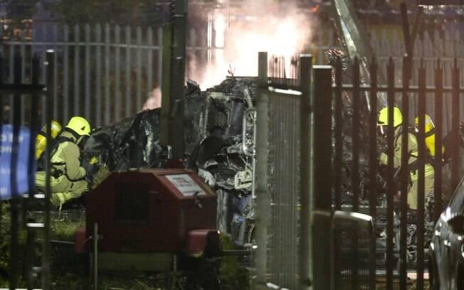 Bombeiros controlam o fogo no helicóptero do dono do Leicester